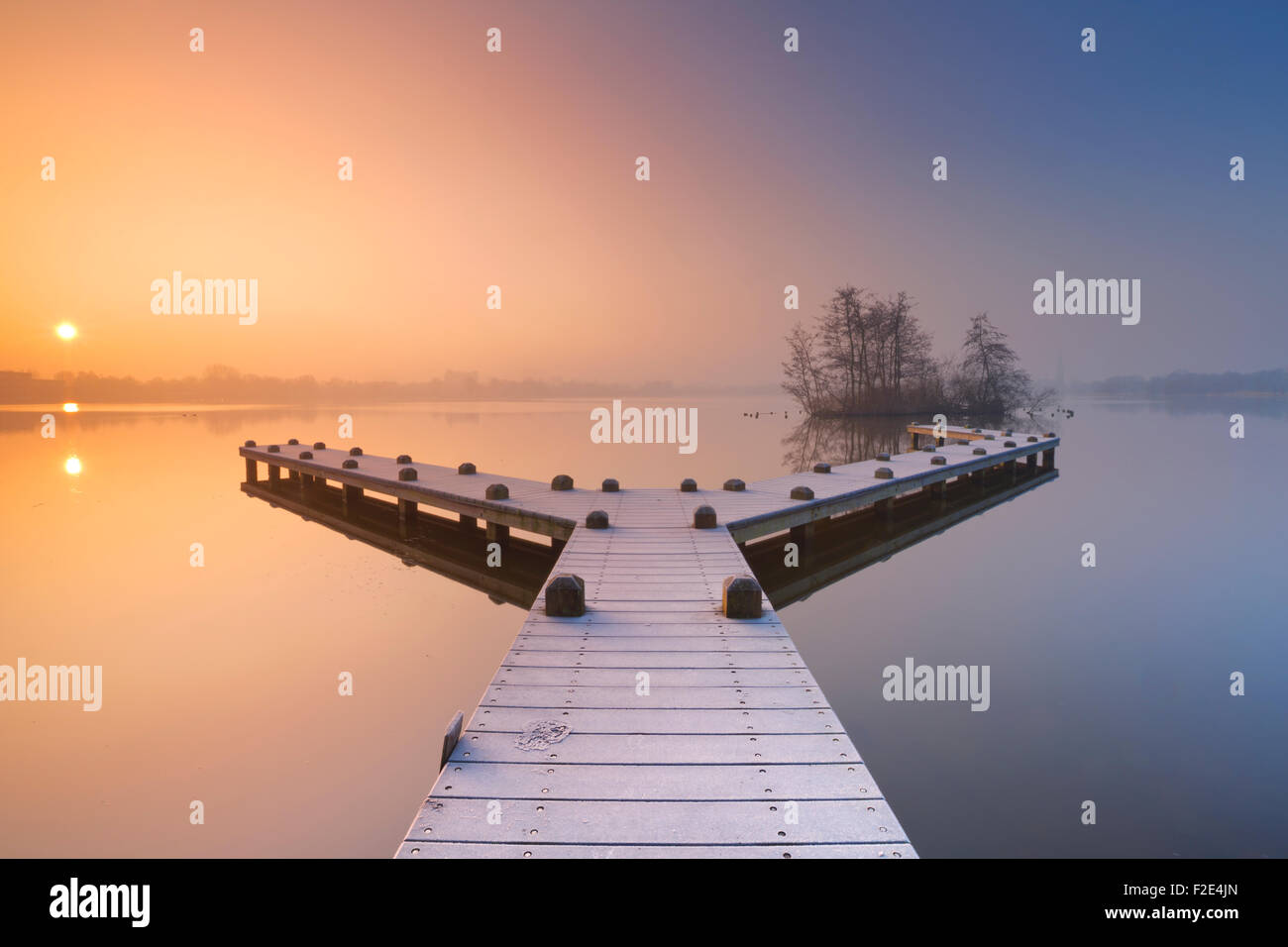 A frosty jetty on a beautiful foggy morning in winter. Photographed in the Amsterdamse Bos (Amsterdam Forest) at - Stock Image