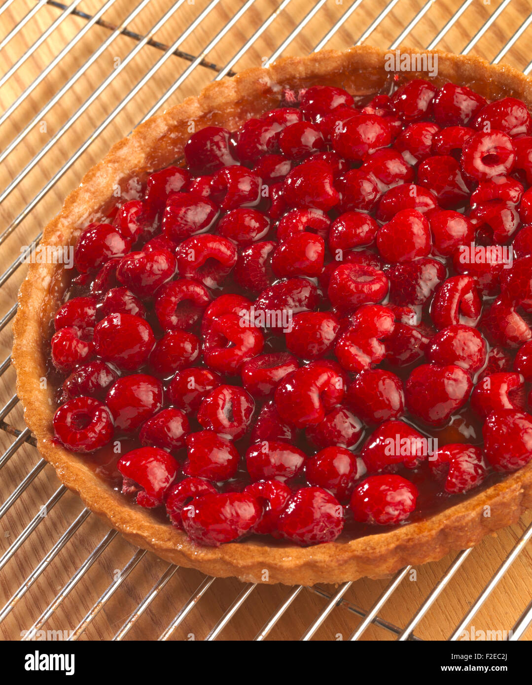 Tart cooling on rack - Stock Image