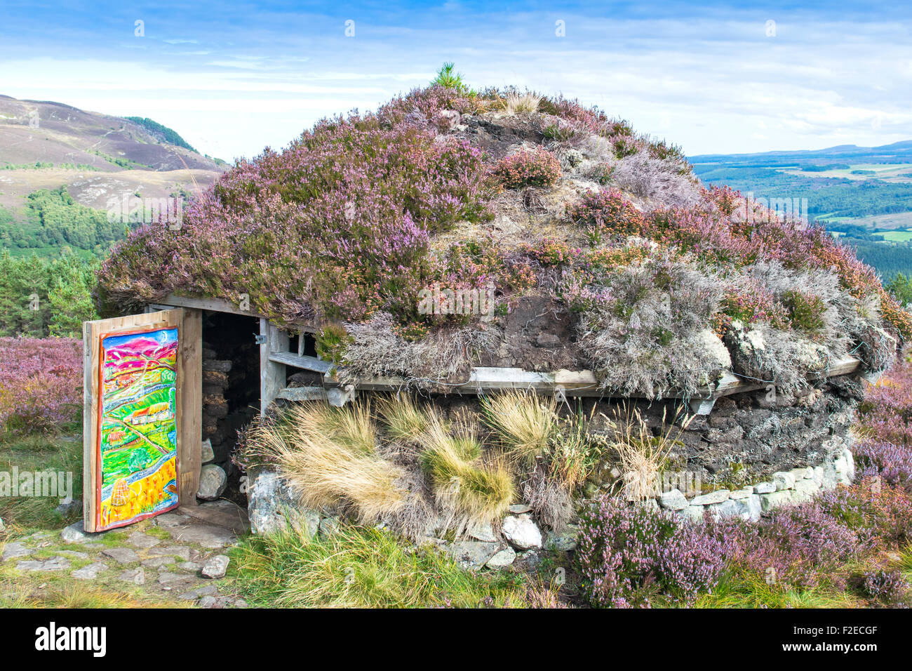 ABRIACHAN TRAIL OR WALK ABOVE LOCH NESS  THE SHIELING HUT WITH PURPLE HEATHER ROOF IN LATE SUMMER Stock Photo