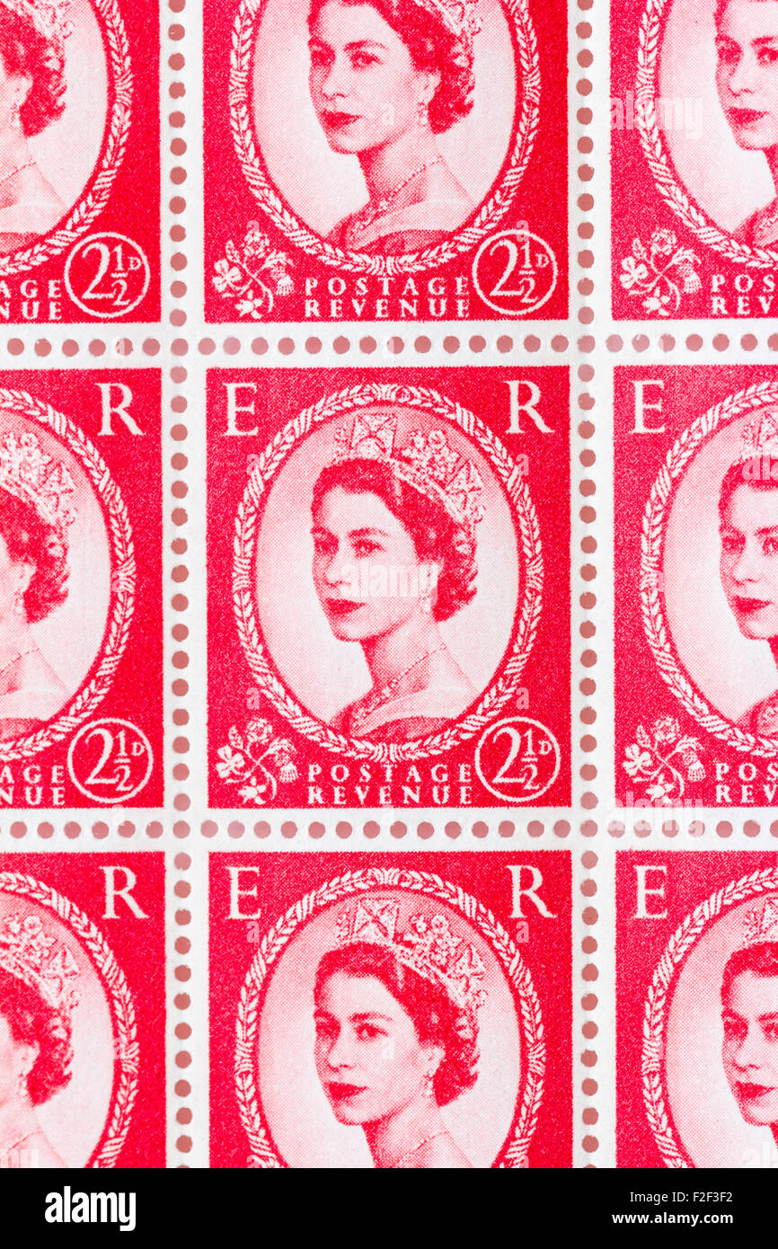 Sheet of 1950's British Royal Mail 2½d red postage stamps from the Wildings definitive issue with portrait of Queen Stock Photo