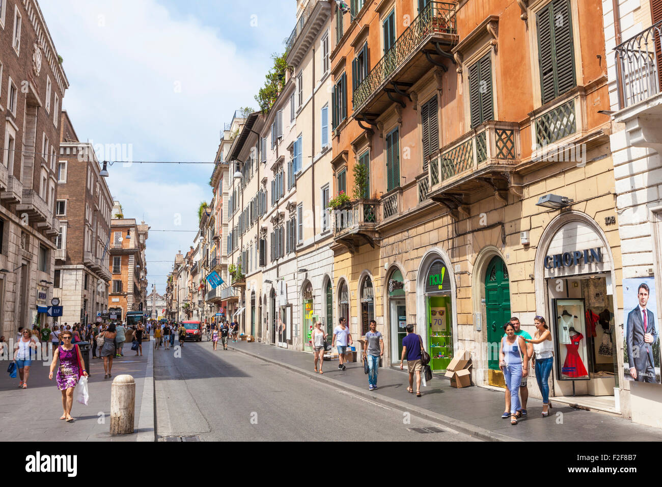 people shopping in the shops in the via del corso rome
