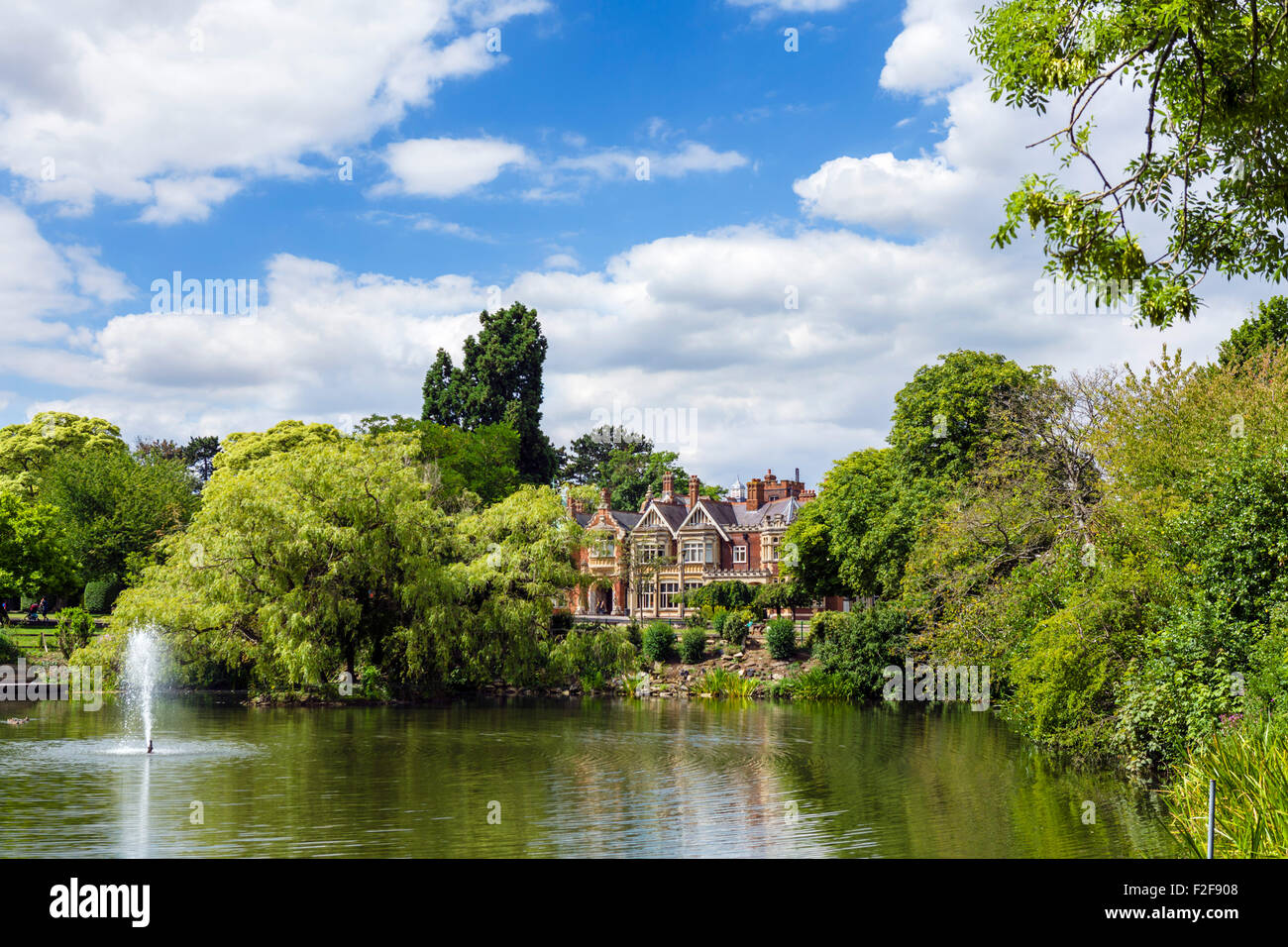 The lake and mansion house at Bletchley Park, Buckinghamshire, England, UK - Stock Image