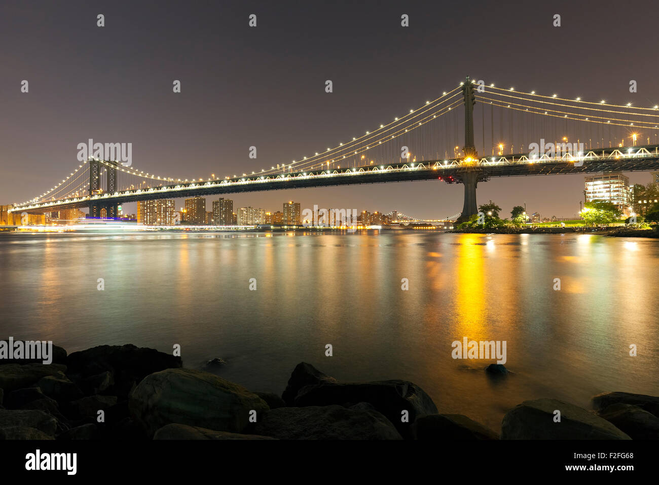 Manhattan bridge at night, New York City, USA. - Stock Image