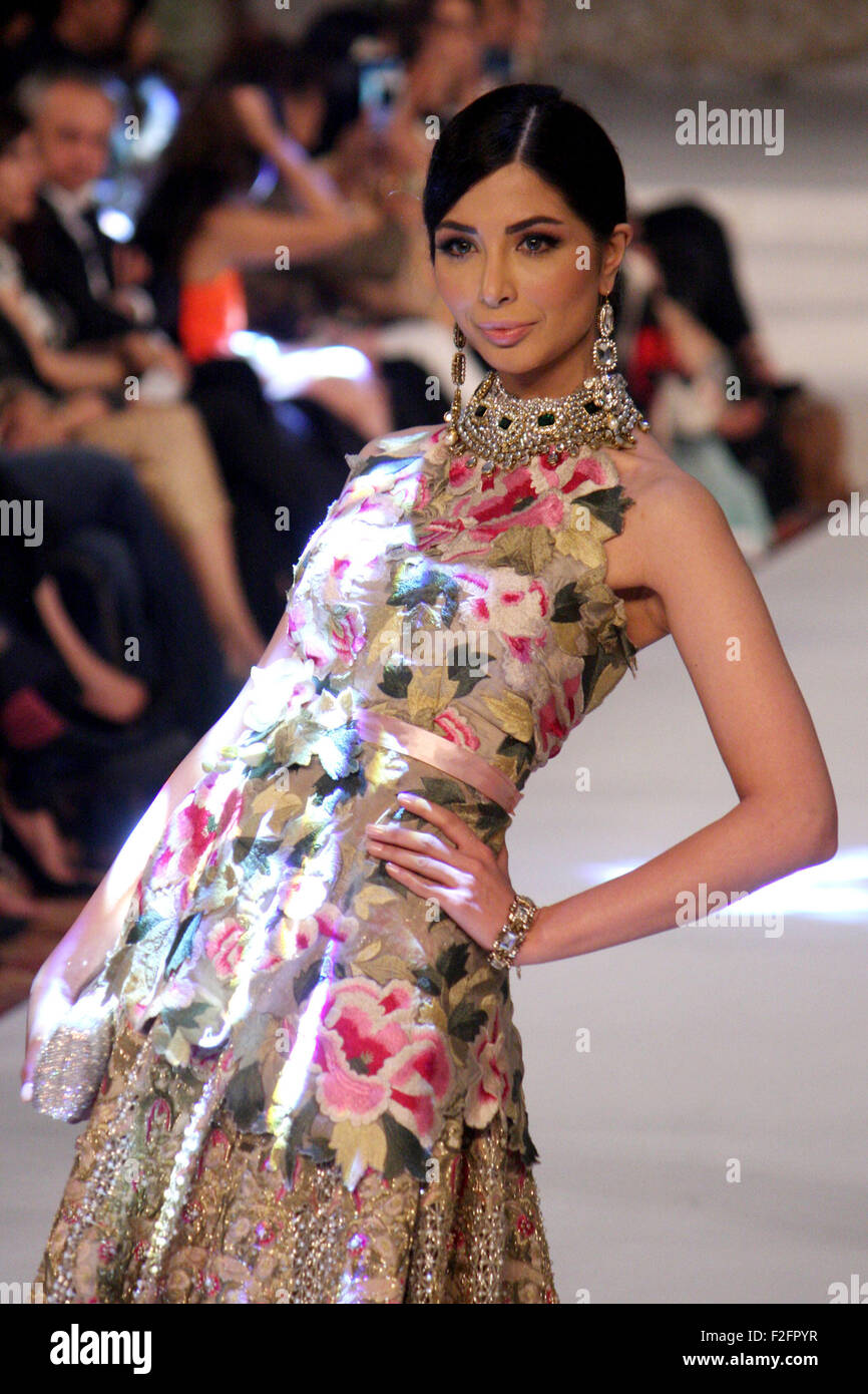 Lahore 17th Sep 2015 A Model Presents A Creation By Pakistani Stock Photo Alamy