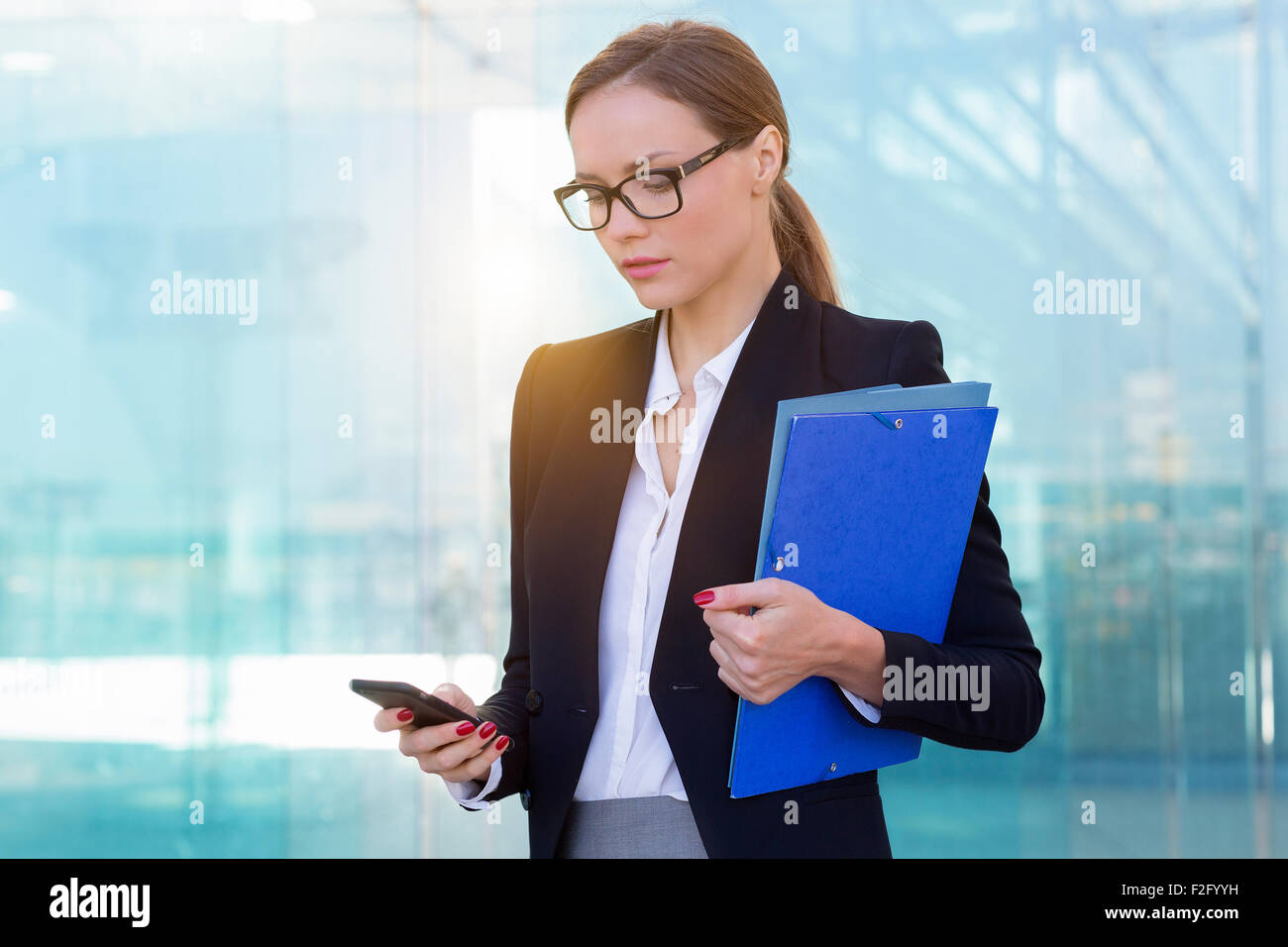 Businesswoman using a smart phone - Stock Image