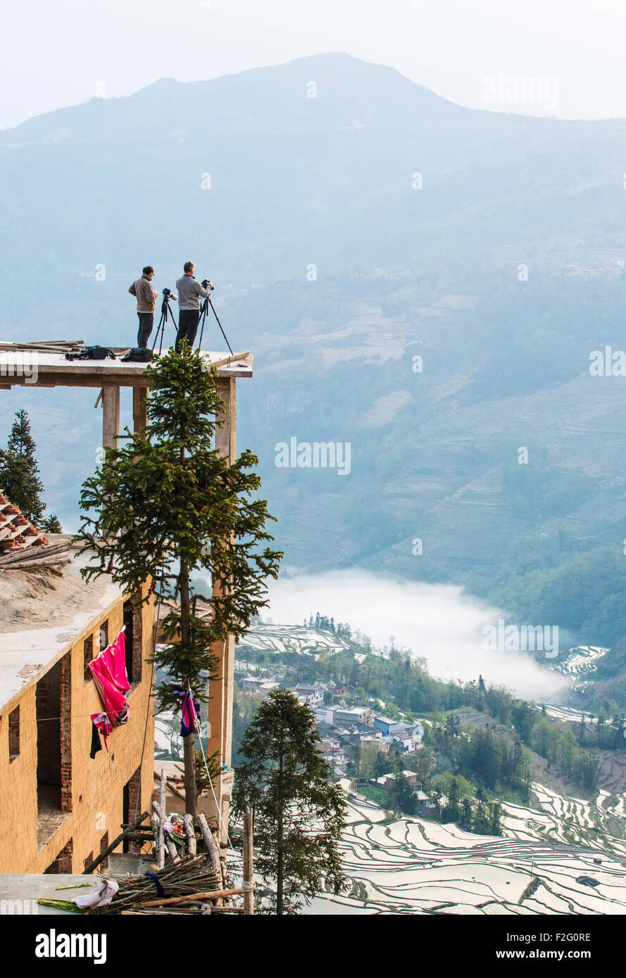 Photographers taking pictures of the rice terraces in Yuanyang, Yunnan, China - Stock Image