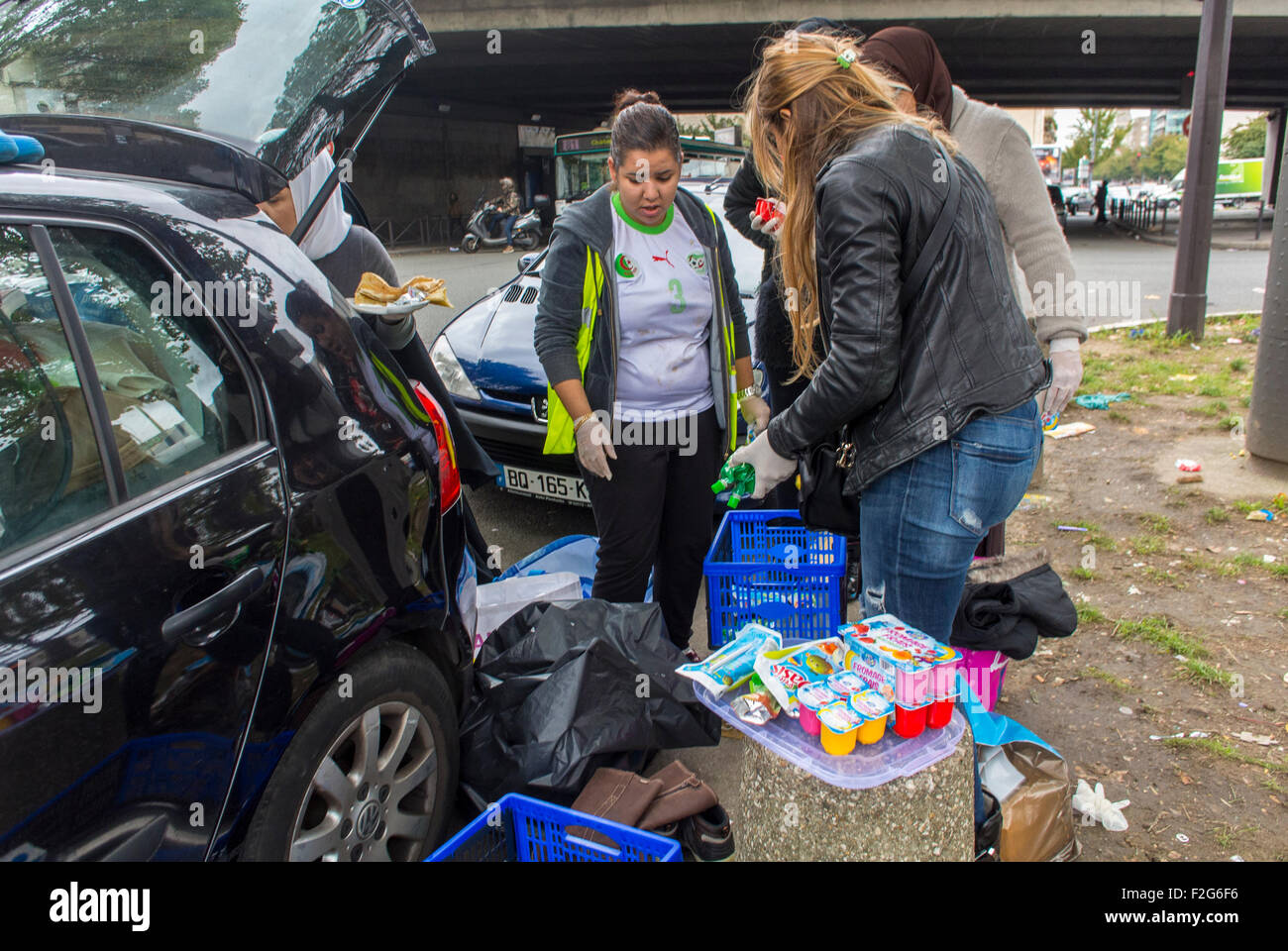 Paris, France. Group of French Volunteers serving food in Camp of Syrian Refugees, Migrants, at Port de Saint Ouen, - Stock Image