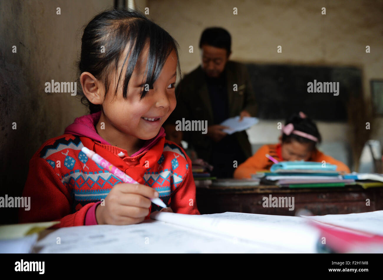 (150919) -- QIN'AN, Sept. 19, 2015 (Xinhua) -- Students learn in their mathematics class at Shanwang Primary - Stock Image