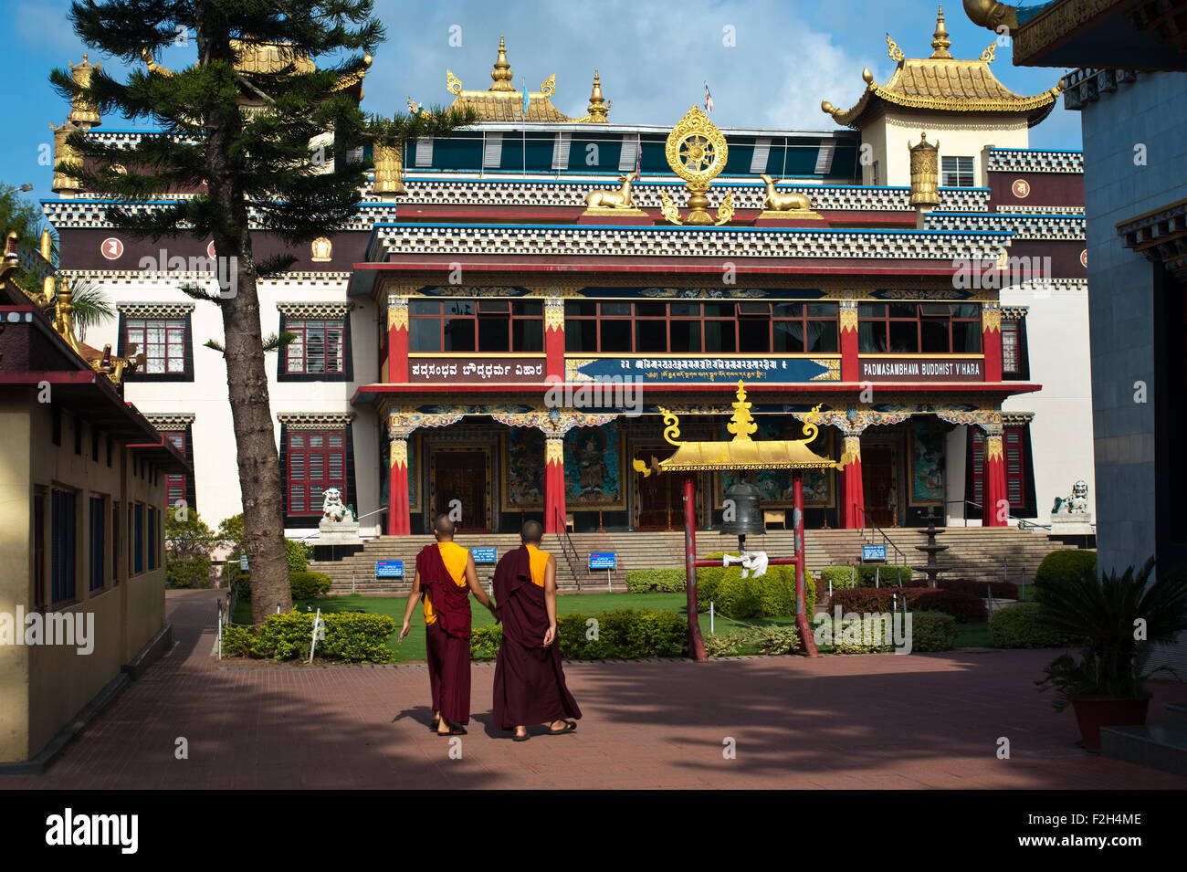 Tibetan monks are walking in front of the Golden temple ( India) - Stock Image