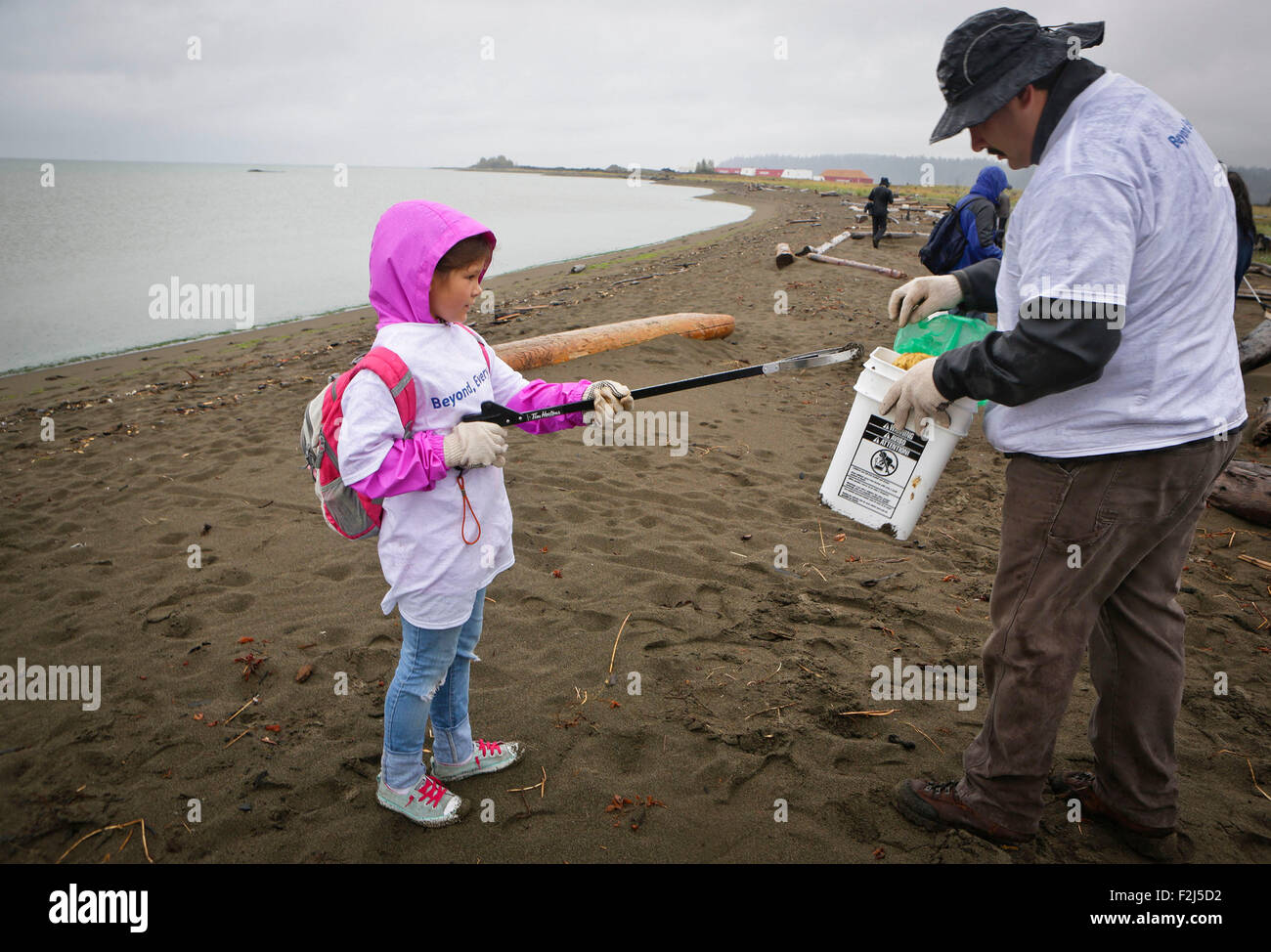 Vancouver, Canada. 19th Sep, 2015. A young participant collect garbages from the shore at Iona Beach in Richmond, - Stock Image