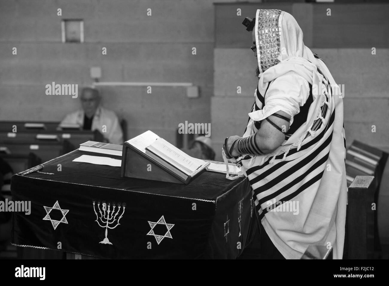 Jewish man at prayer in a synagogue - Stock Image
