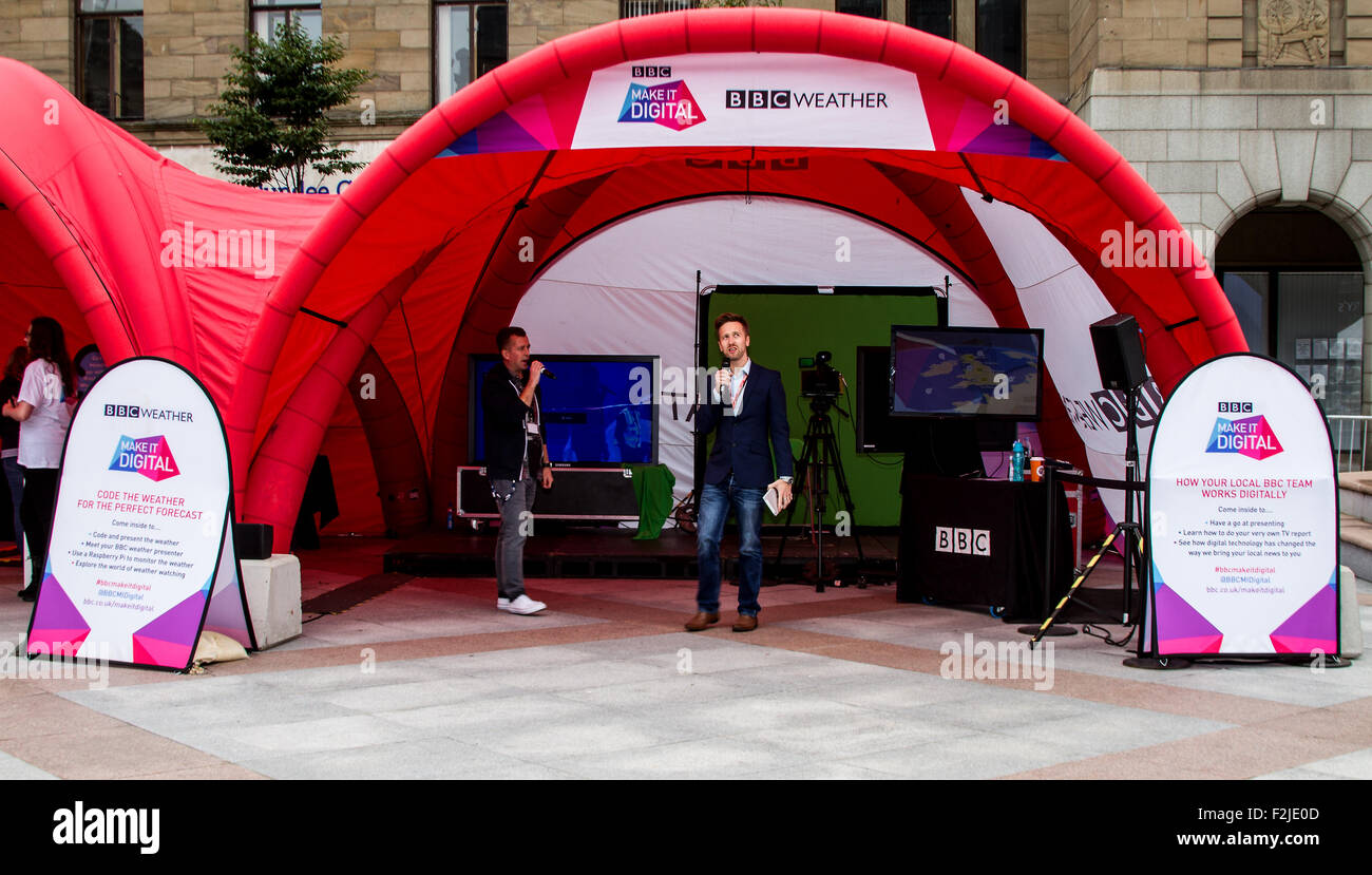 """Dundee, Tayside, Scotland, UK, 20th September 2015. Crowds gather on last day of The BBC """"Make It Digital"""" weekend - Stock Image"""