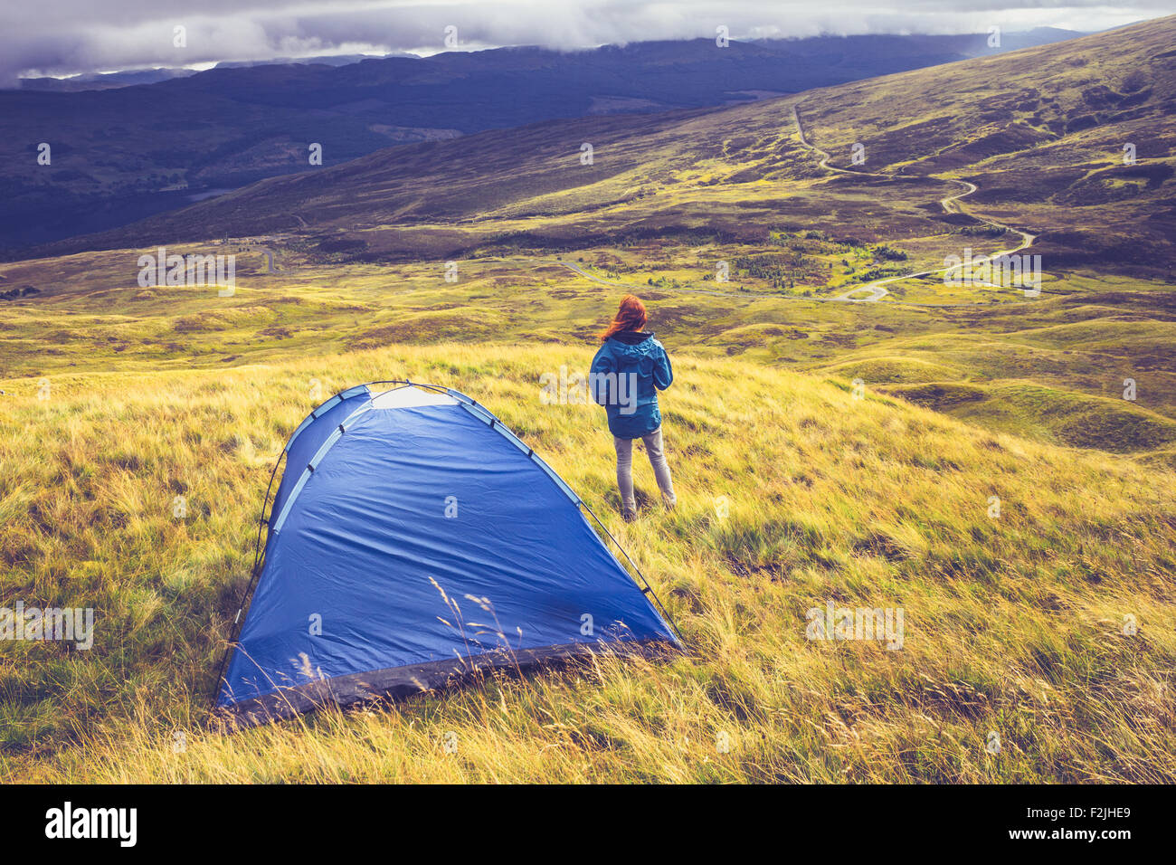 Young woman wild camping - Stock Image
