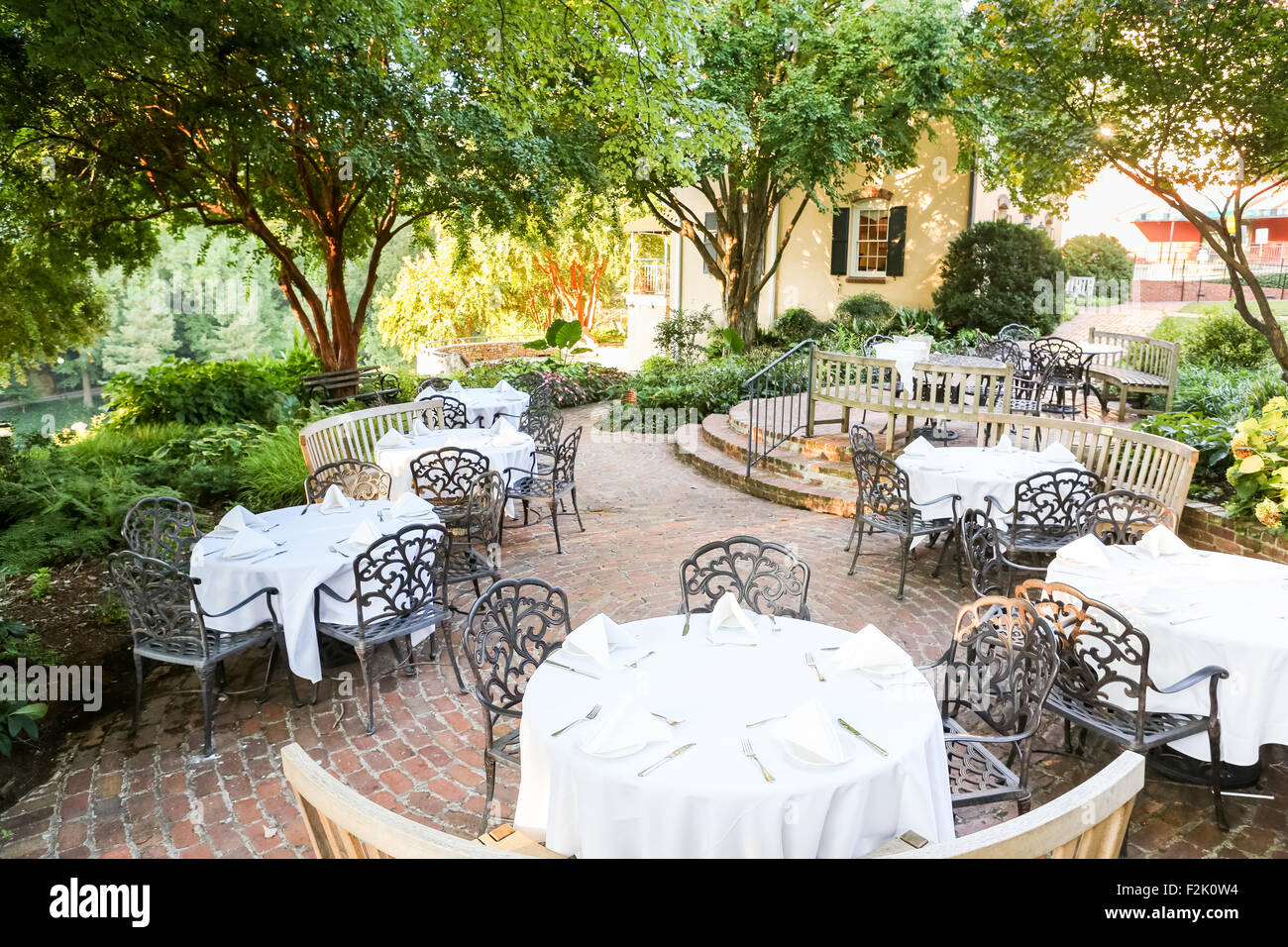 mary s at falls cottage restaurant outdoor dining along main street rh alamy com mary falls cottage greenville sc mary's at falls cottage greenville sc 29601