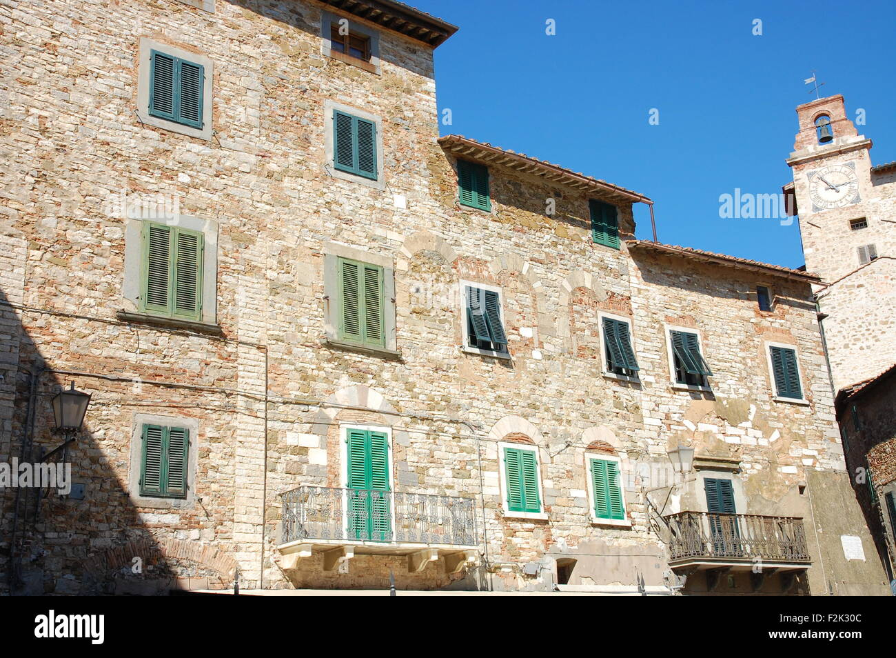 Stone houses at the Piazza del Mercato in the Tuscan hill-top town of Campiglia Marittima, Italy. - Stock Image