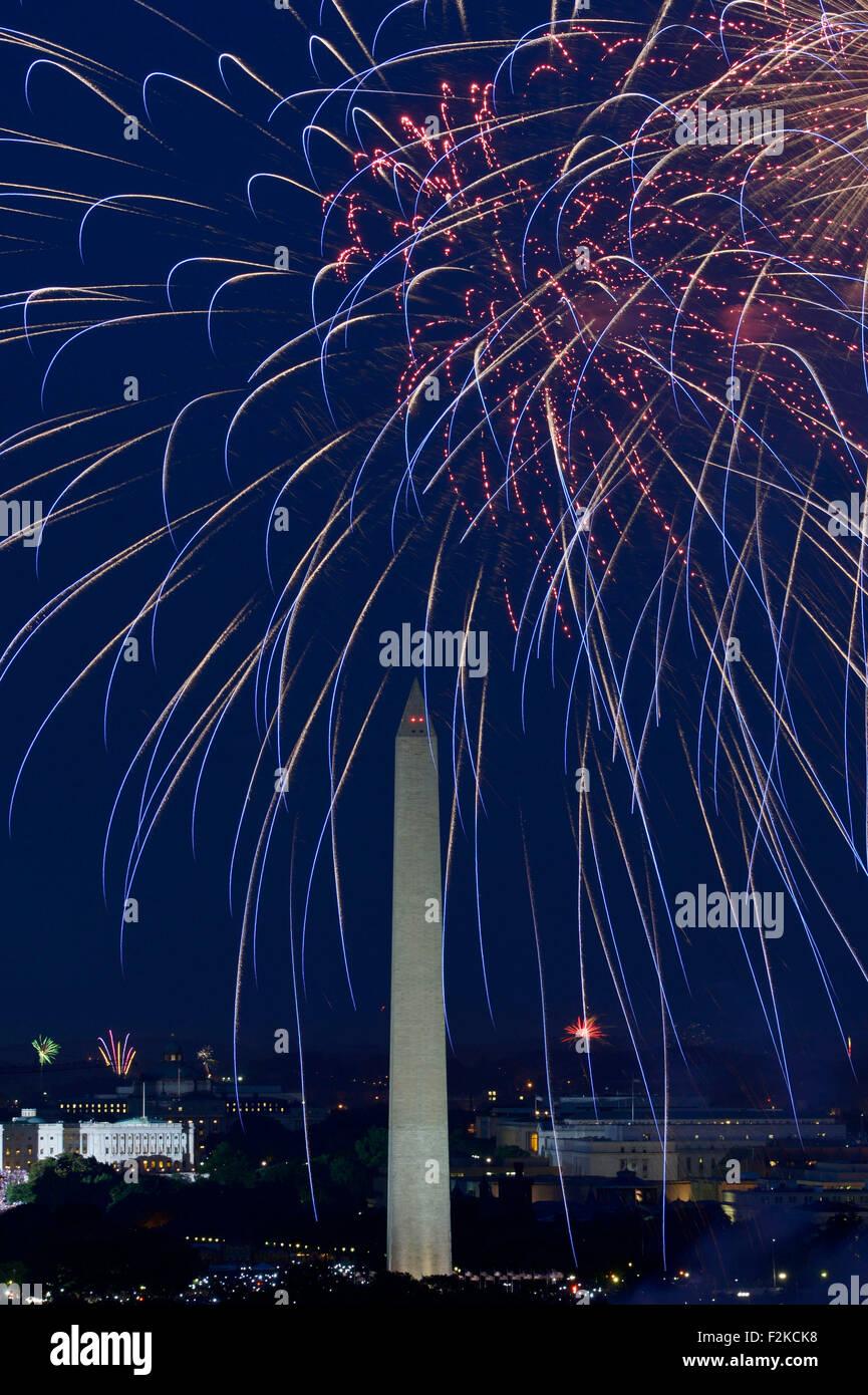 (150921) -- WASHINGTON D.C., Sept. 21, 2015 (Xinhua) -- File photo taken on July 4, 2014 shows fireworks explode - Stock Image