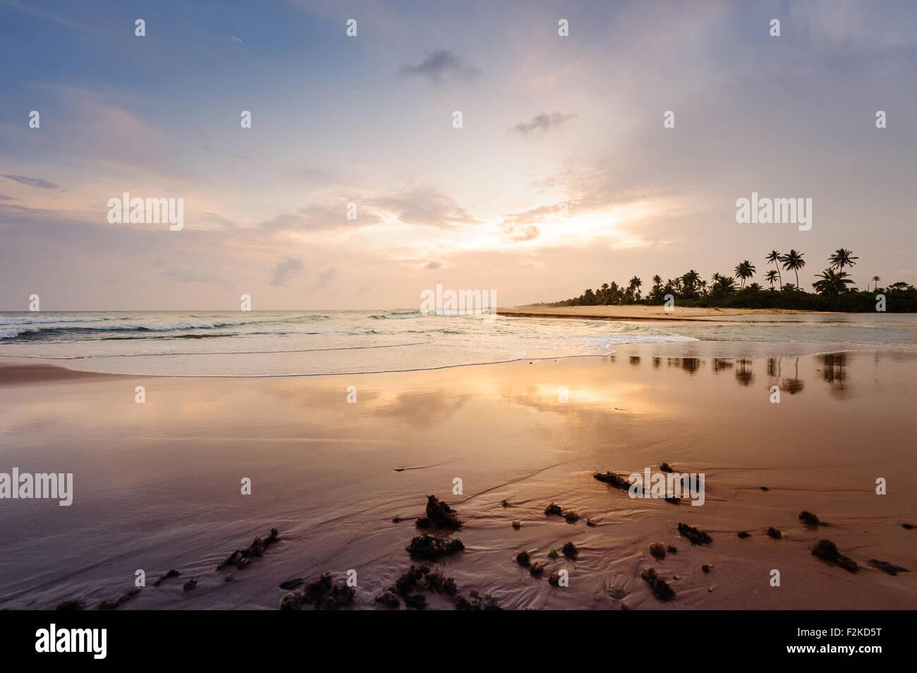 Por-do-sol paradisíaco na Ilha do Mussulo do lado da baía em maré alta e perto do buraco - Stock Image