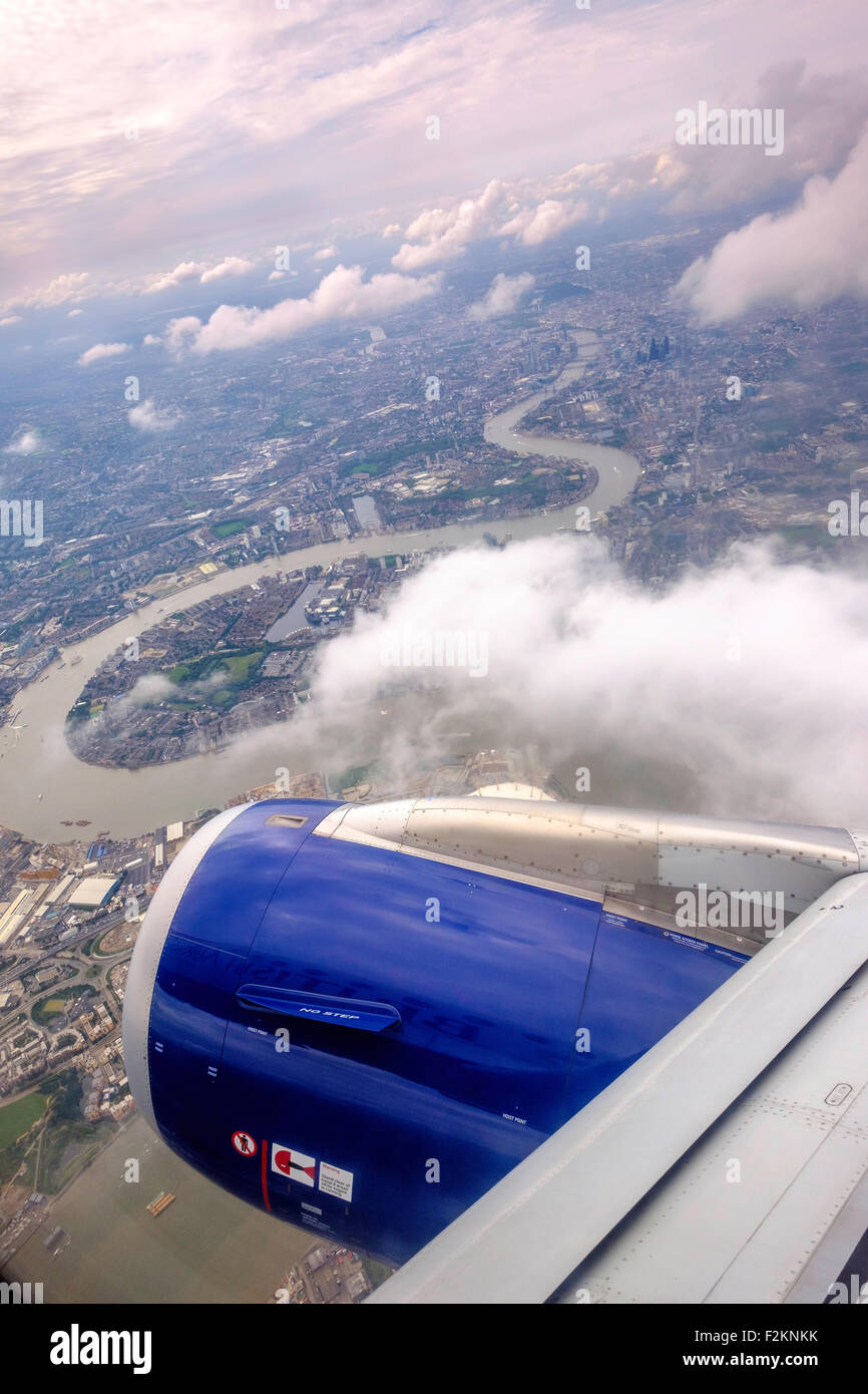 RIVER THAMES AND LONDON FROM THE AIR. PLANE ON FLIGHTPATH INTO HEATHROW AIRPORT. AIRCRAFT BA AIRBUS 320 - Stock Image