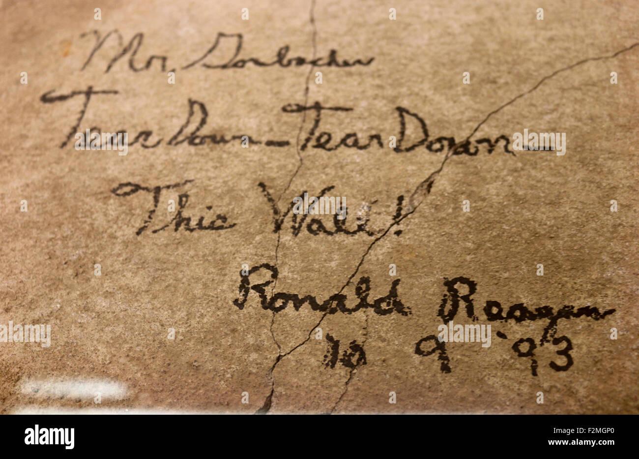 'Mr Gorbachev - Tear Down This Wall!' Inschrift mit der Signatur des ehemaligen US-Praesidenten Ronald Reagan, - Stock Image