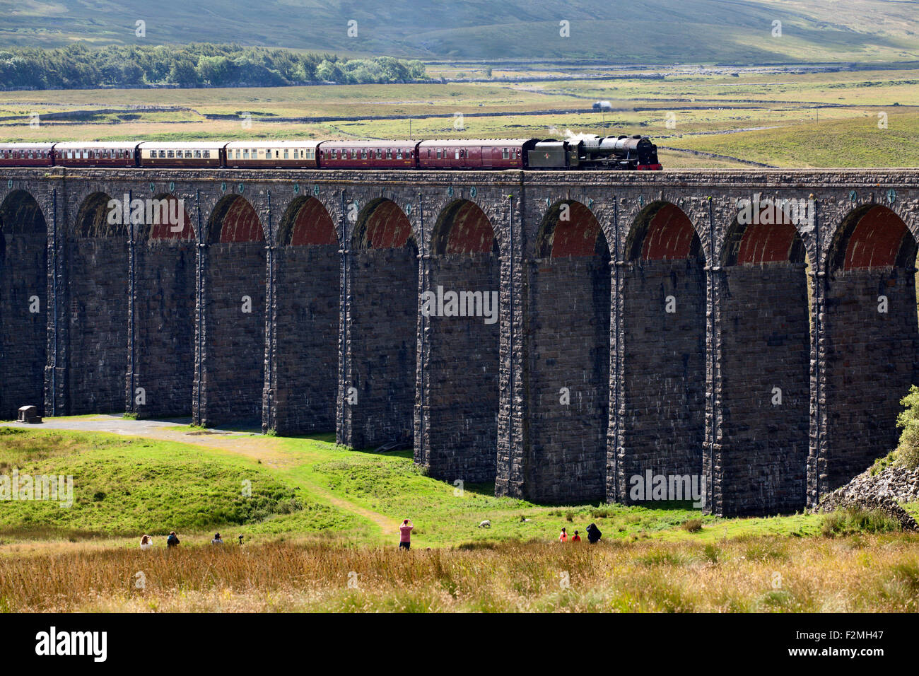 People Watching The Fellsman Hauled by 46115 Scots Guardsman Cross Ribblehead Viaduct Yorkshire Dales North Yorkshire - Stock Image