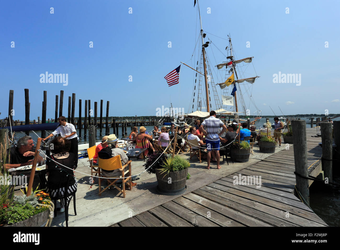 Outdoor dining at Greenport Harbor Long Island New York - Stock Image