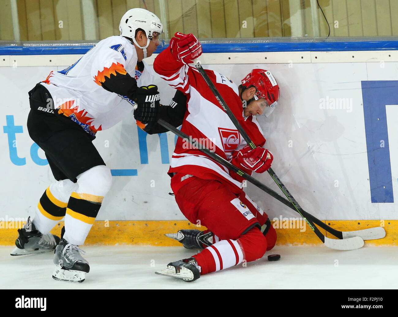 Moscow, Russia. 22nd Sep, 2015. Severstal's Andrei Konev (L) and Spartak's Artyom Voronin fight for the - Stock Image