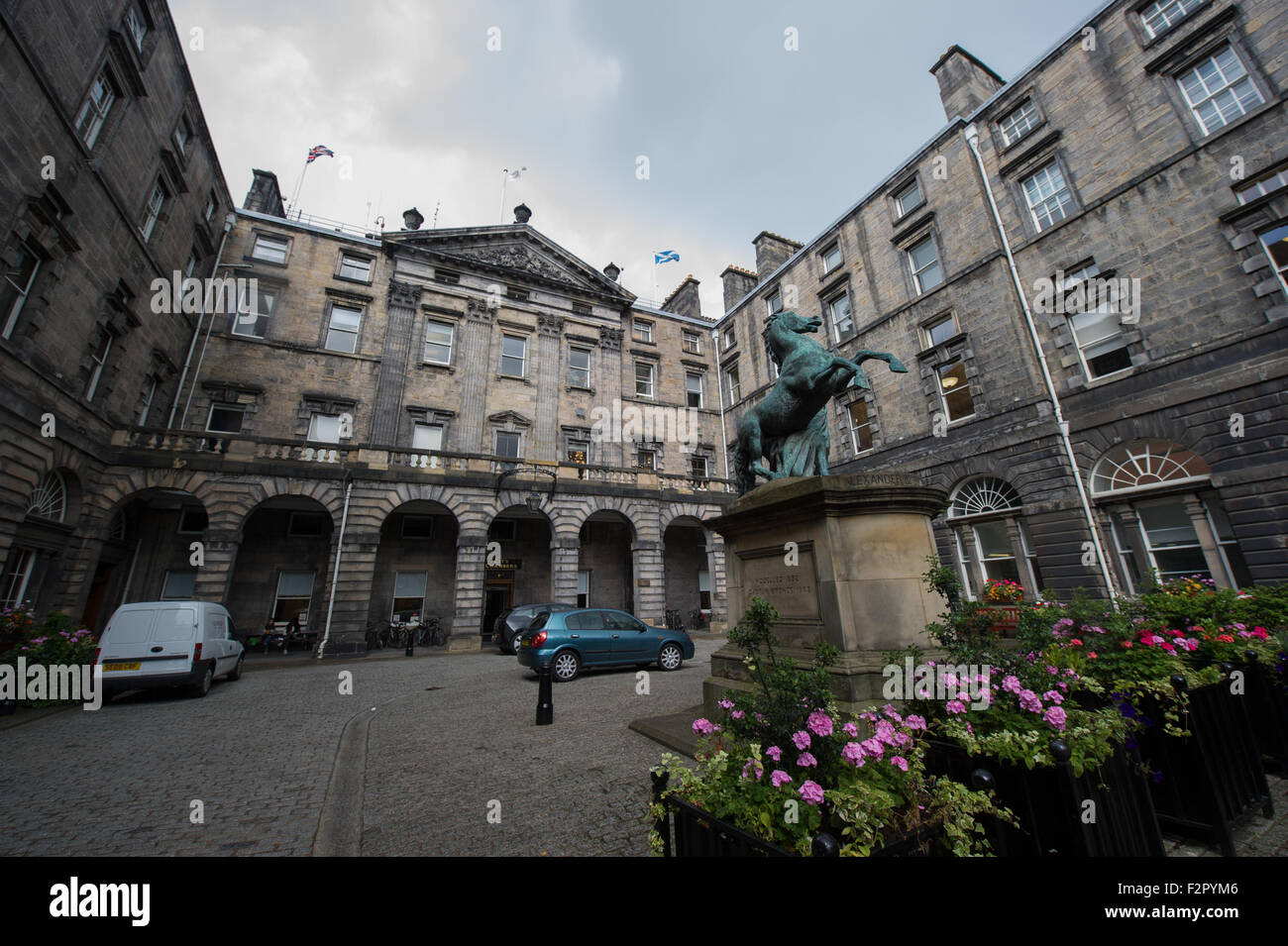 Edinburgh City Chambers on the Royal Mile where the City of Edinburgh Council is based. - Stock Image