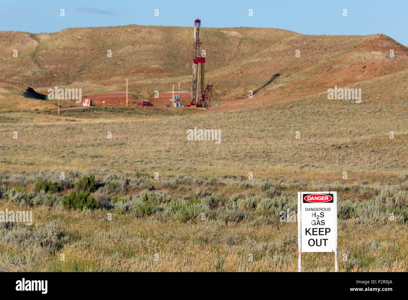Sand Draw, Wyoming - A Legacy Reserves oil drilling rig in the Wind River Basin. - Stock Image