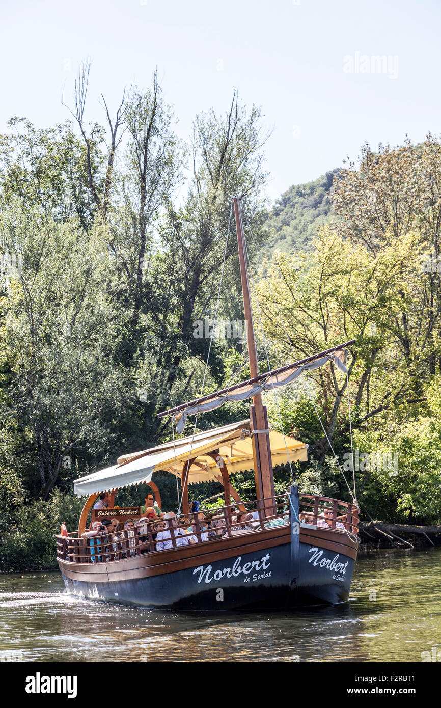 A sail on a 'gabarre' - on the Dordogne river - of paying senior tourists (La Roque Gageac - France). Promenade - Stock Image