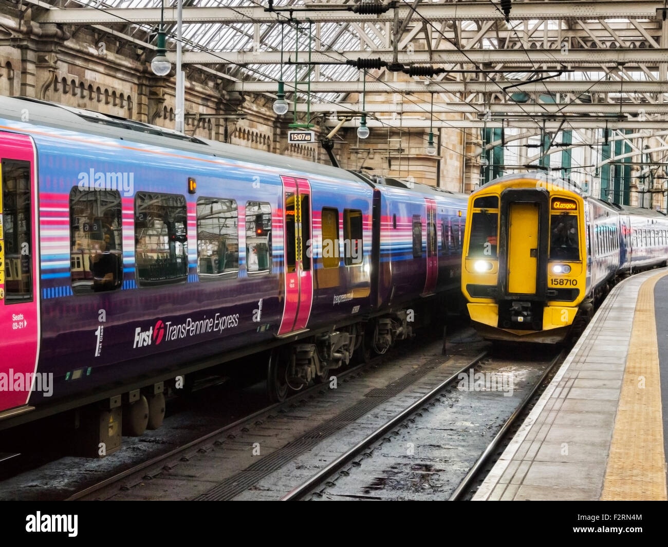 Train approaching platform, Glasgow Central Station, Glasgow, Scotland, UK. - Stock Image