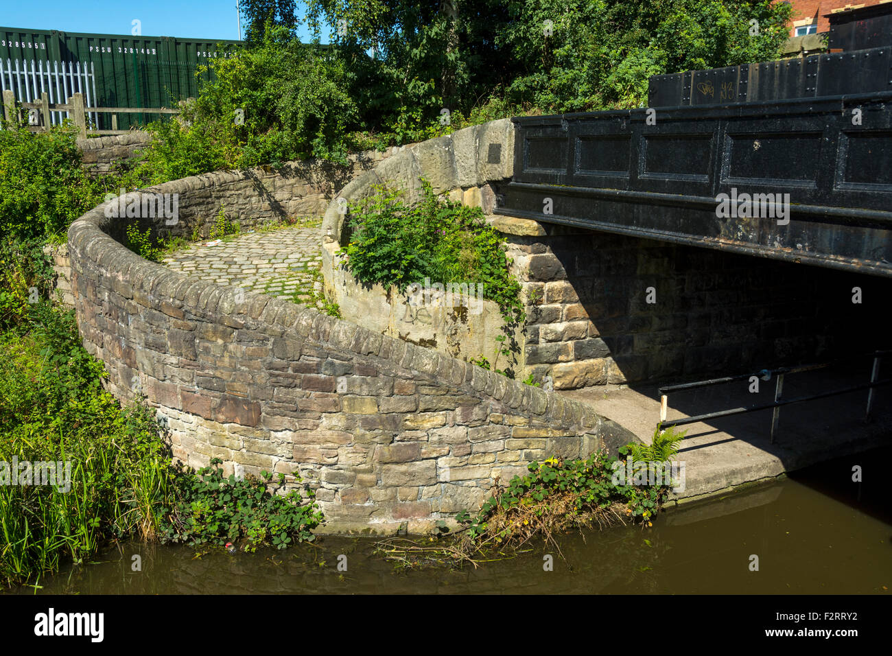 A roving bridge on the Peak Forest canal near Hyde, Tameside, Manchester, England, UK. Also called changeline or - Stock Image