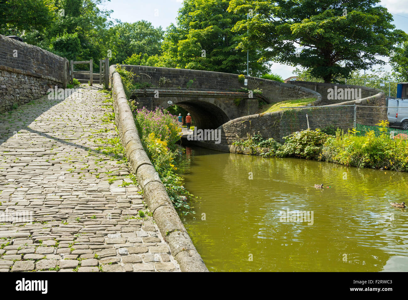 A roving bridge on the Macclesfield canal near Marple, Gtr. Manchester, England, UK. Also called changeline or turnover - Stock Image