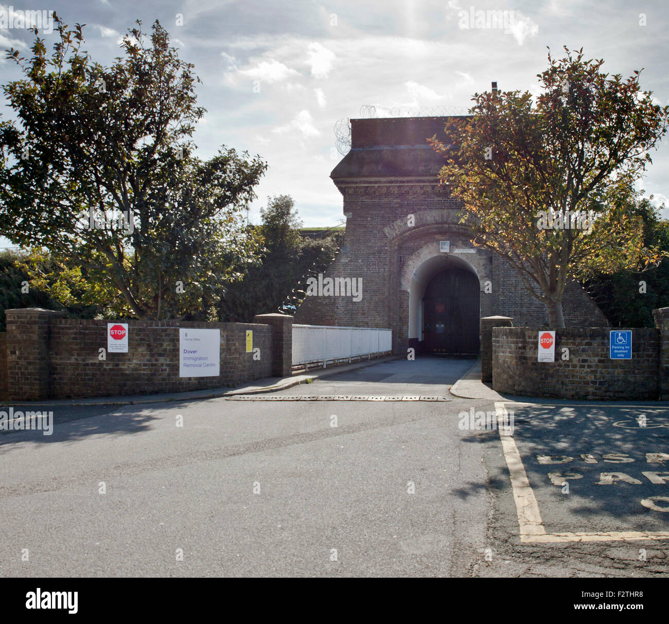 Dover, UK. 23rd September, 2015. Main entrance to the Dover Immigration Detention Centre in Dover, located in the - Stock Image