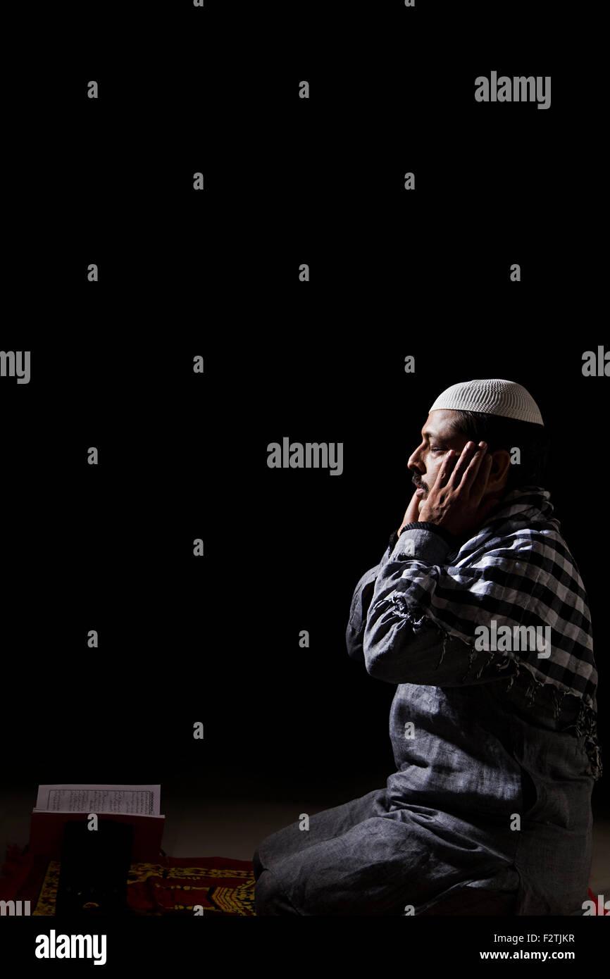 1 indian Adult Man Muslim Namaz Quran - Stock Image