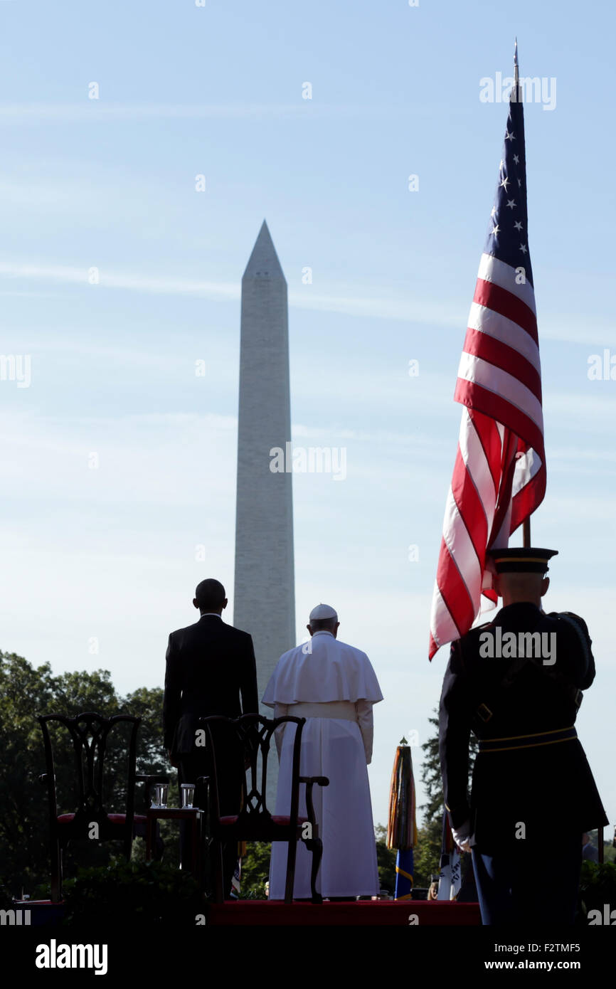 Washington, DC. 23rd Sep, 2015. Pope Francis (R) and U.S. President Barack Obama (L) stand for the national anthem Stock Photo