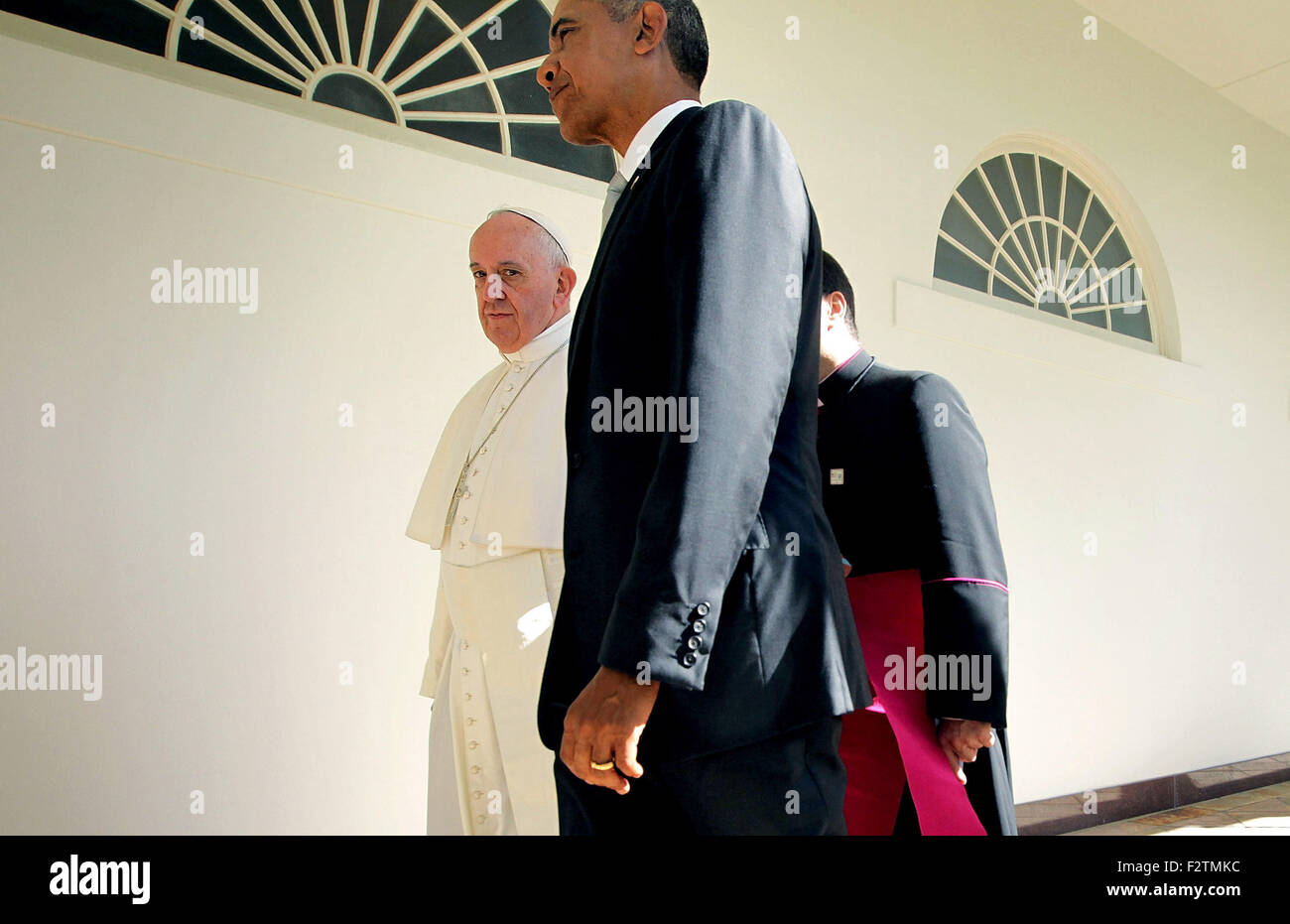 Washington, DC. 23rd Sep, 2015. U.S. President Barack Obama (2nd L) and Pope Francis (L) walk through the colonnade Stock Photo