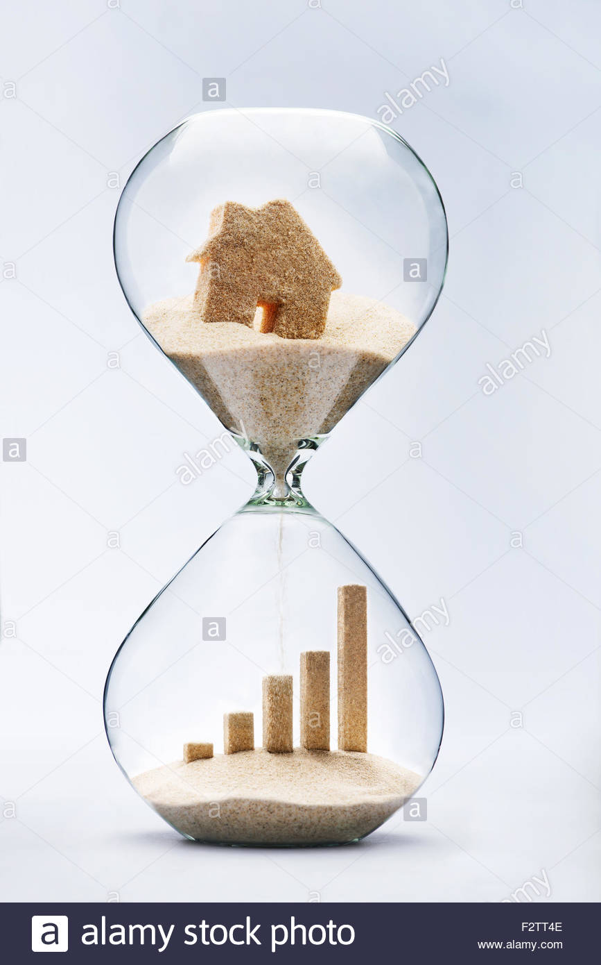 Real estate concept. Business growth graphic bar made out of falling sand from house flowing through hourglass - Stock Image