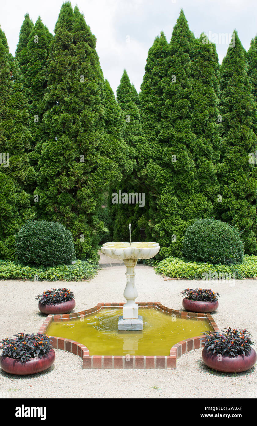 Ladew Toptary Gardens Maryland beautiful sculptured plants fountain Pink Garden gardens and flowers for tourist - Stock Image