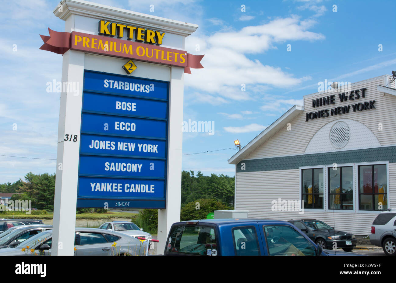 Kittery Maine shopping in outlet malls called Kittery Outlet Malls with shops and cars - Stock Image