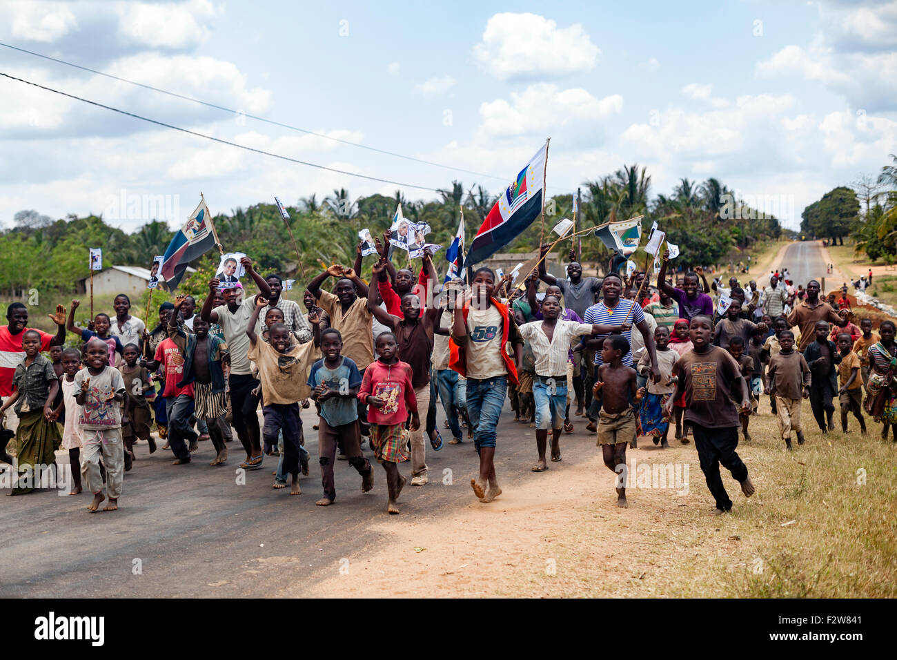 Youth activists and children running to attend a political rally of Afonso Dhlakama, RENAMO leader and presidential - Stock Image