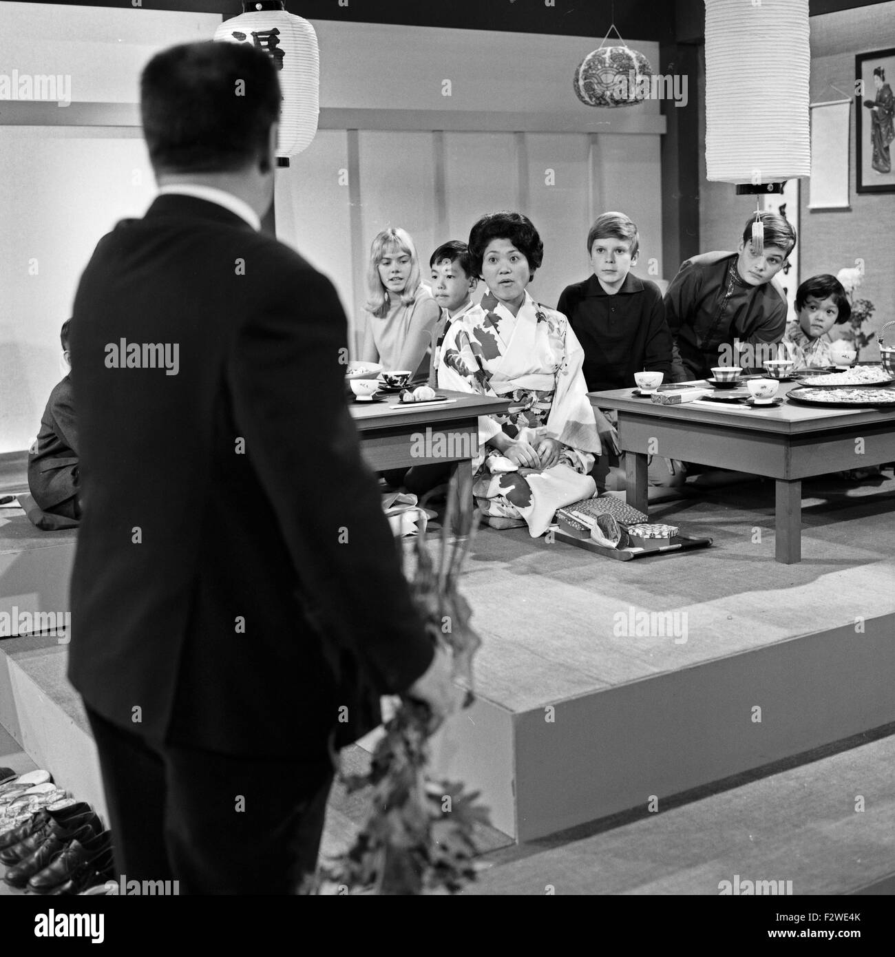 Epdisode '... bei den Japanern' aus der ZDF Fernsehserie 'Hallo Freunde', Deutschland 1968, Szenenfoto - Stock Image