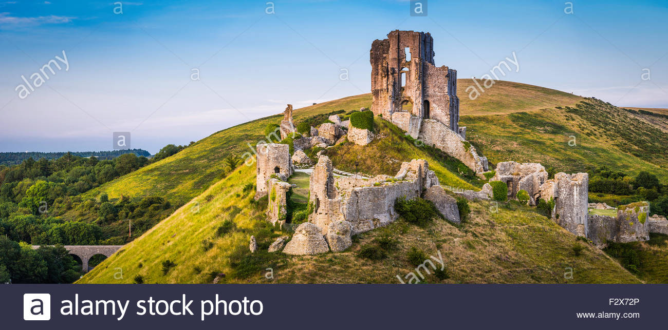 United Kingdom, Dorset, Isle of Purbeck, Corfe Castle, medieval castle ruins on hillside - Stock Image