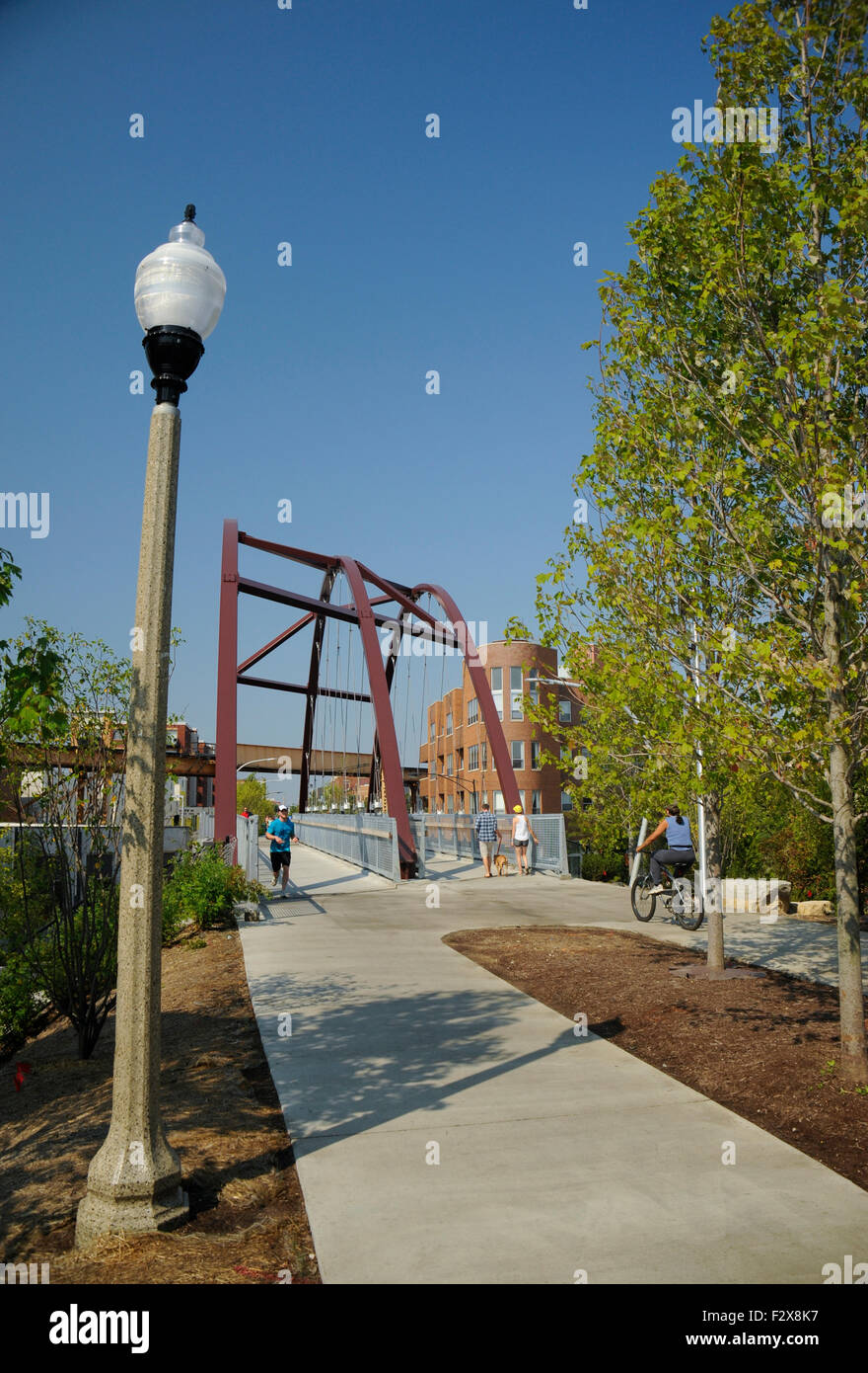 The 606 trail (Bloomingdale Trail), Chicago, Illinois. CTA Blue Line 'EL' tracks above the trail. - Stock Image