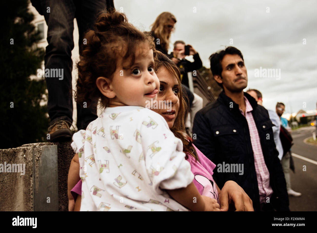 Mother with child, waiting for their relatives, to cross the border between Croatia and Slovenia at Rigonce - Stock Image