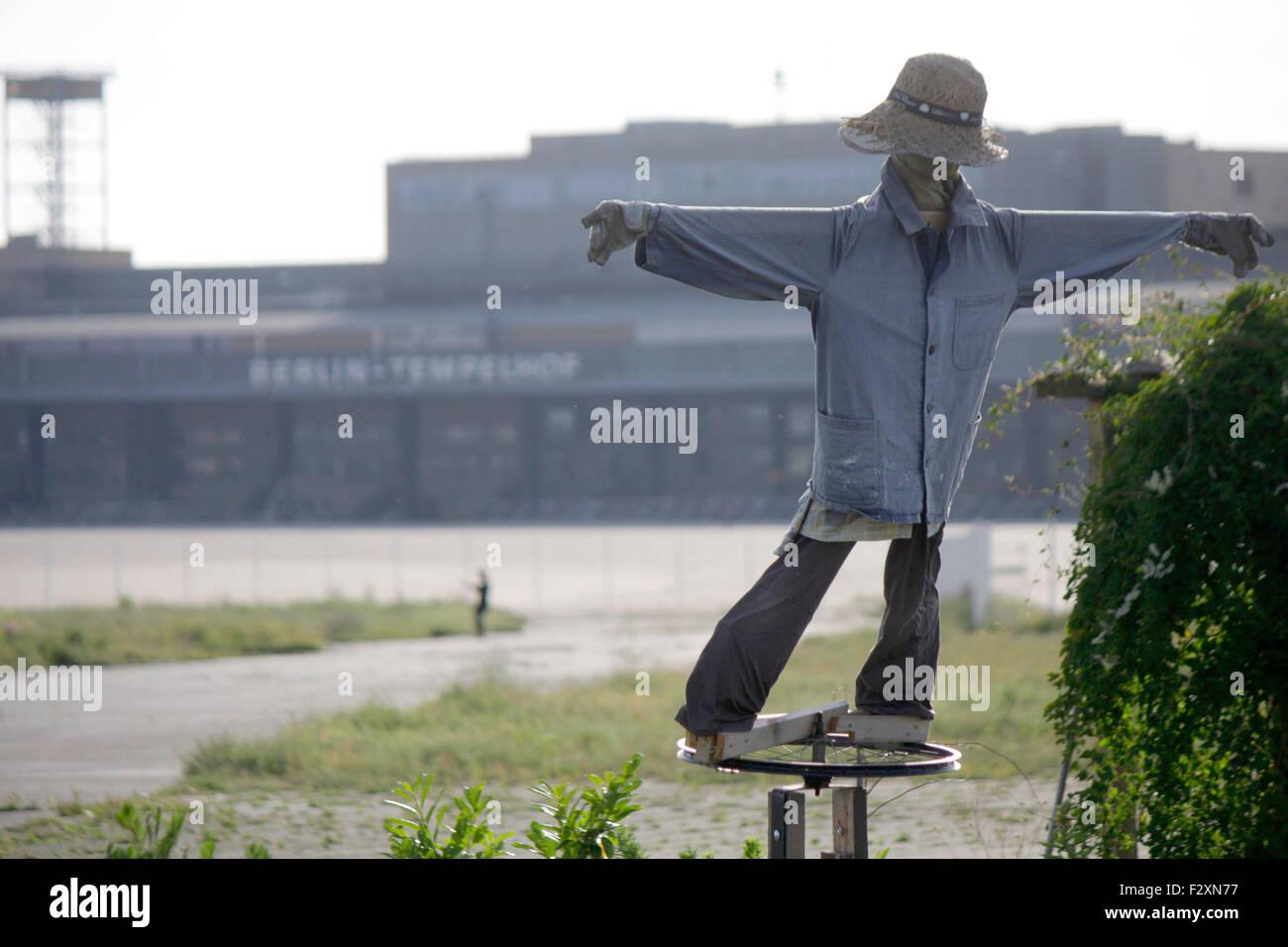 Vogelscheuche - Impressionen: Tempelhofer Feld auf dem Gelaende des frueheren Flughafen Tempelhof, Berlin-Tempelhof. - Stock Image