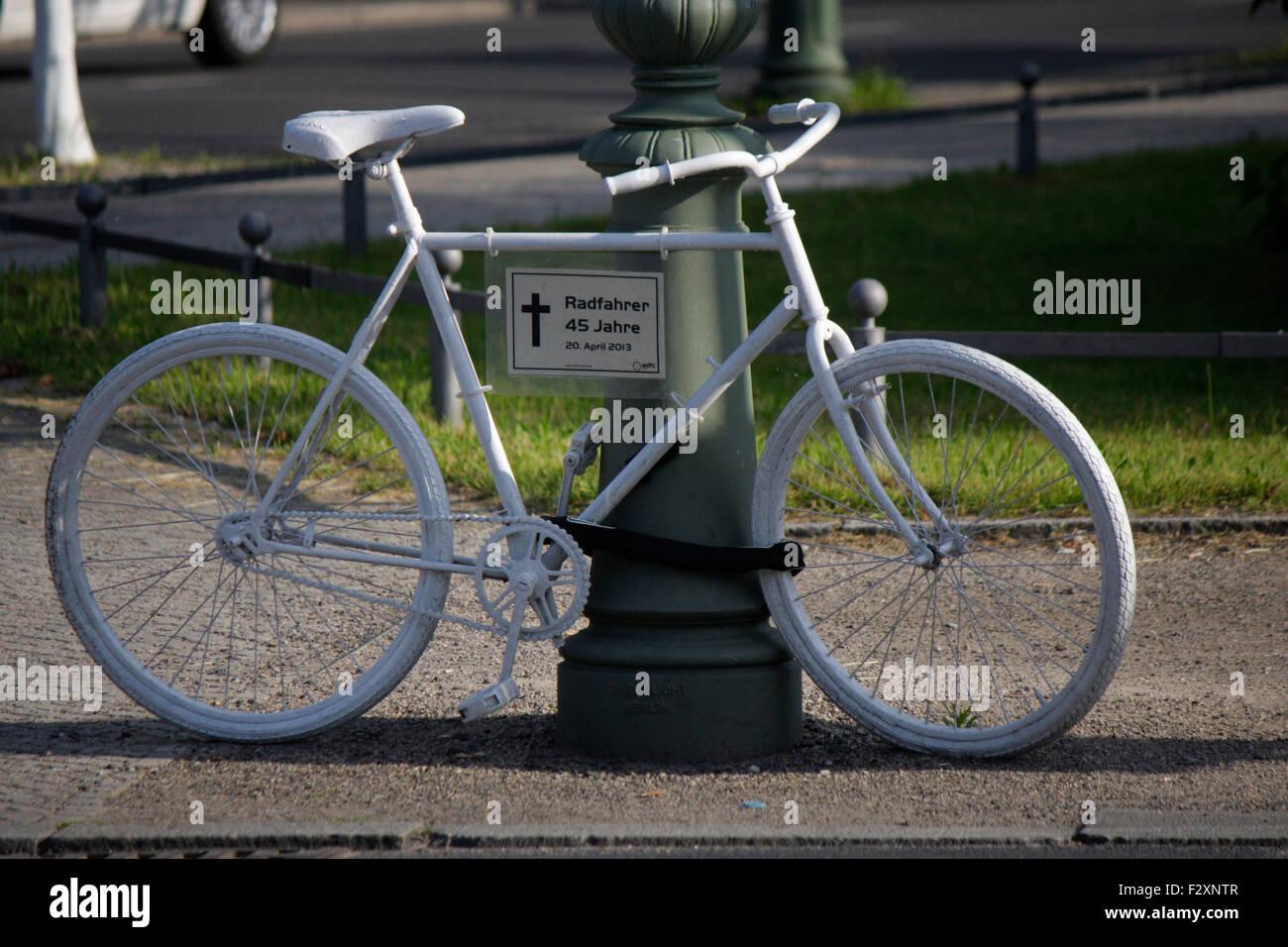 ein weisses Fahrrad als Mahnmal an dem Ort, an dem ein Fahrradfahrer durch einen Verkehrsunfall gestorben ist, Berlin. Stock Photo