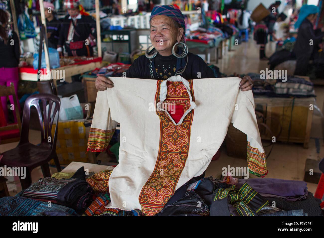 Ethnic Hmong tribe, shopping at Muong Hum market, Vietnam. - Stock Image