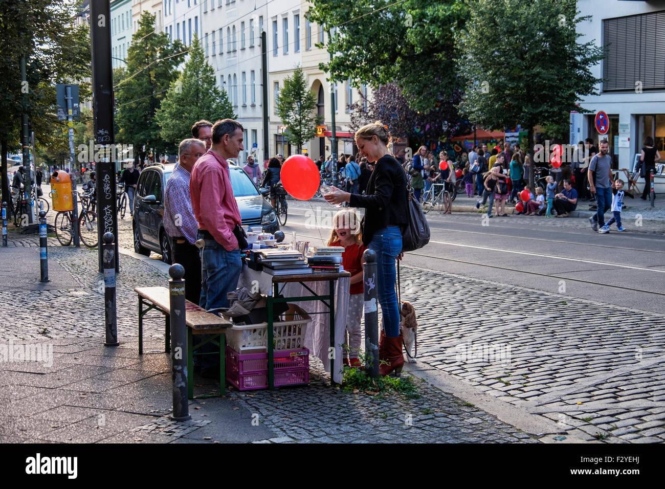 Berlin Veteranenstrasse Street Party - Veteran Street Fest - woman and child shop at fleamarket stall in traffic - Stock Image