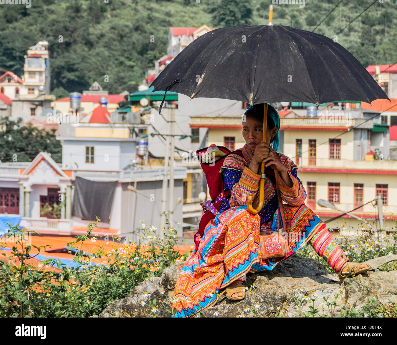 Woman with kid in the market, Sapa, Vietnam - Stock Image
