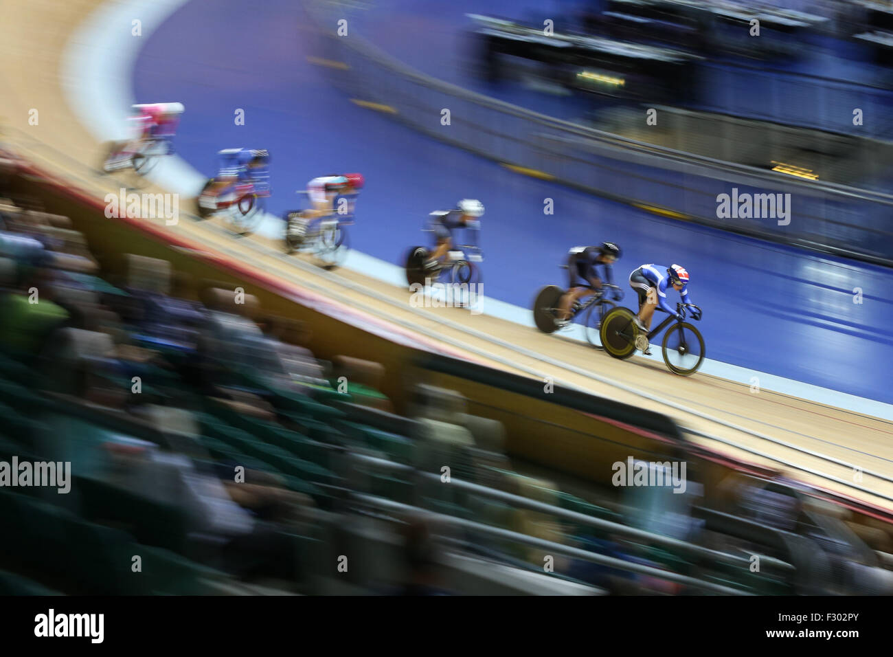 Manchester, UK, 26th Sep, 2015. Katy Marchant leads her competitors on her way to victory in the first round of Stock Photo